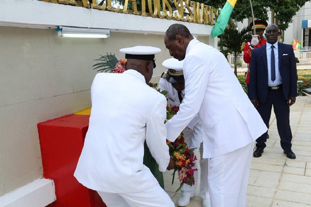Fête de l'indépendance: le Pr Alpha Condé a déposé une gerbe de fleurs à la place des martyrs