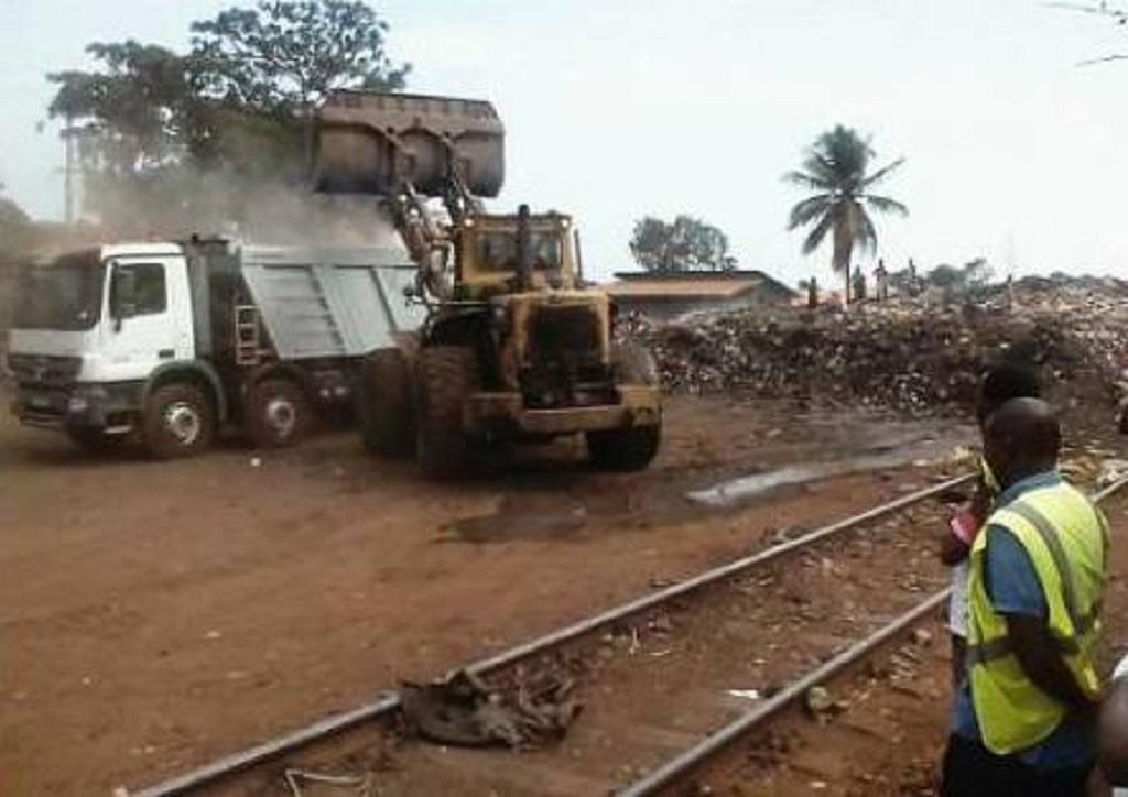 Reprise de la circulation du train Conakry Express : L'ANASP débarrasse les voies ferrées des ordures