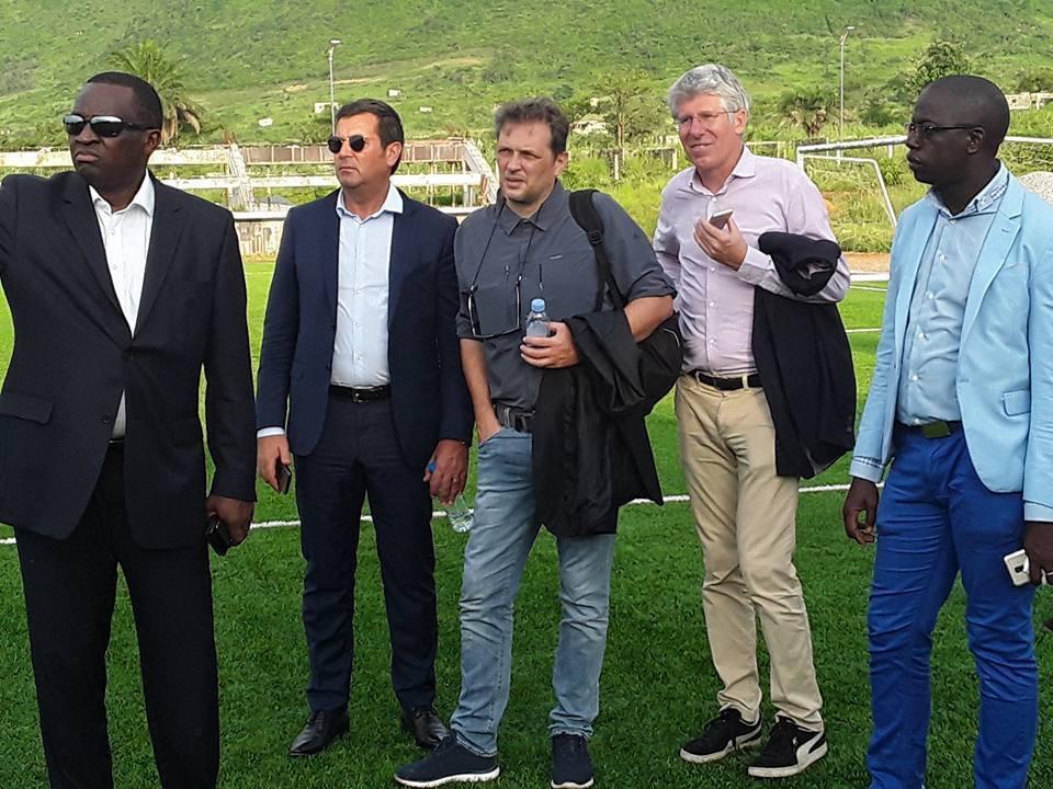 Des journalistes de Canal+ effectuent une visite au centre sportif Antonio Souaré de Yorokoguia