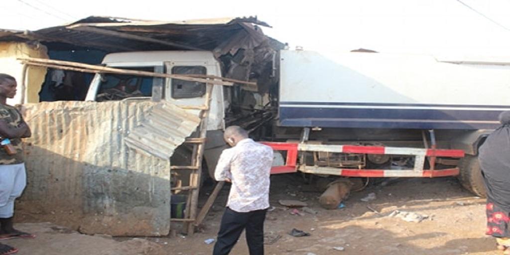 Conakry : un camion finit sa course dans une maison à Gbéssia, un mort, des blessés grave et des dégâts matériels