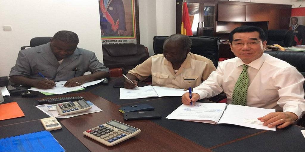 Projet d'approvisionnement des personnels enseignants en riz étuvé, le Ministre de l'Education Nationale signe le protocole d'accord.
