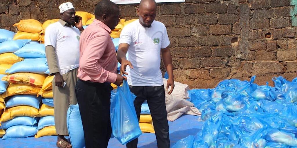 L'ONG Fondation Humanitaire l'Aide au Développement (F0HAD) offre des denrées alimentaires aux fidèles musulmans de Conakry.