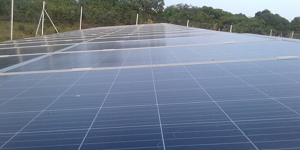Dr Cheick Taliby Sylla sur les sites des mini-centrales solaires photovoltaïques de Labé.